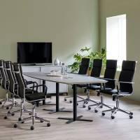 Møderum 2 med lys grå konferencebord 320cm, 8 stole og kontorskab